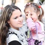 Matka i córka wydaje czas w miasto parku obrazy stock