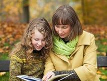 Matka i córka z książką fotografia royalty free