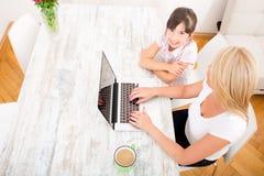 Matka i córka z laptopem w domu Obraz Royalty Free