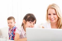Matka i córka z laptopem w domu Obrazy Royalty Free