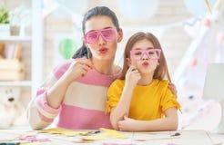 Matka i córka z papierowymi akcesoriami Obraz Stock