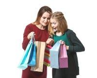 Matka i córka z papierowymi torbami obrazy stock