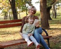 Matka i córka z pastylką Fotografia Stock