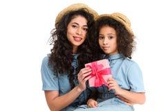 matka i córka z różowym prezenta pudełkiem dla matka dnia Zdjęcie Stock