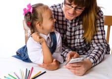 Matka i córka z telefonem komórkowym zdjęcia royalty free