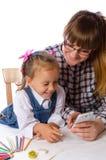 Matka i córka z telefonem komórkowym zdjęcie stock