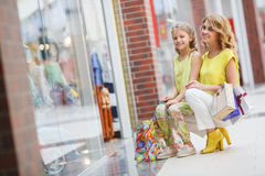 Matka i córka z torbami w supermarkecie Zdjęcie Royalty Free