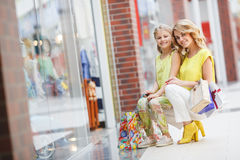 Matka i córka z torbami w supermarkecie Obrazy Royalty Free