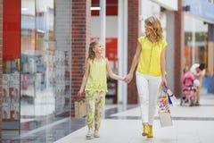 Matka i córka z torbami w supermarkecie Obraz Royalty Free