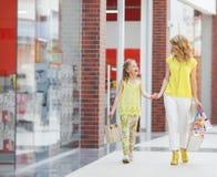 Matka i córka z torbami w supermarkecie Fotografia Stock