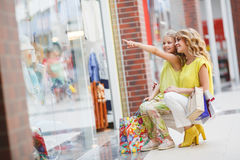 Matka i córka z torbami w supermarkecie Obrazy Stock