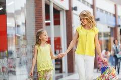 Matka i córka z torbami w supermarkecie Obraz Stock