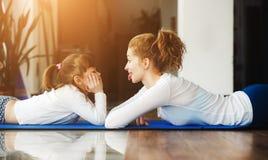 Matka i córka zabawę w gym Obrazy Stock