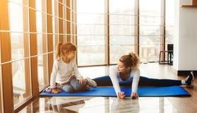 Matka i córka zabawę w gym Fotografia Royalty Free