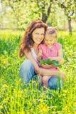 Matka i c?rka w pogodnym parku zdjęcie royalty free