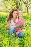 Matka i c?rka w pogodnym parku obraz royalty free