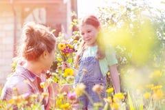 Matka i c?rka z kwiatu ogrodnictwem przy gospodarstwem rolnym fotografia royalty free