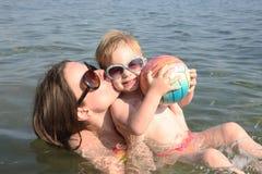 Matka i córka bawić się w morzu Zdjęcia Royalty Free