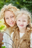 Matka i daugther szczęśliwie ono uśmiecha się obraz stock