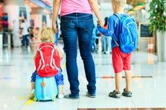 Matka i dwa dzieciaka chodzi w lotnisku obraz royalty free