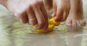Matka i dzieci bawią się z gumowymi kaczkami zbiory wideo