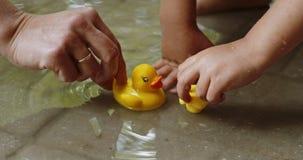 Matka i dzieci bawią się z gumowymi kaczkami zbiory