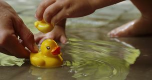 Matka i dzieci bawią się z gumowymi kaczkami zdjęcie wideo