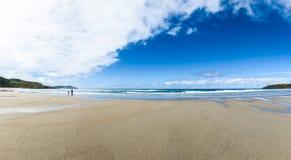 Matka i dzieci chodzimy na piaskowatej Atlantyk plaży Obraz Royalty Free