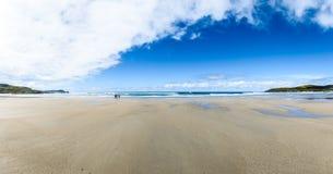 Matka i dzieci chodzimy na piaskowatej Atlantyk plaży Zdjęcie Stock
