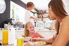 Matka I dzieci Ma śniadanie Przy Kuchennym stołem Zdjęcie Royalty Free