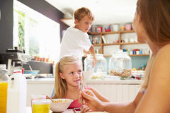 Matka I dzieci Ma śniadanie Przy Kuchennym stołem Fotografia Royalty Free