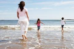 Matka I dzieci Ma zabawę Na Plażowym wakacje Zdjęcia Stock