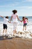 Matka I dzieci Ma zabawę Na Plażowym wakacje Zdjęcia Royalty Free