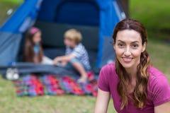 matka i dzieci ma zabawę w parku Zdjęcia Royalty Free