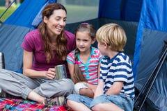 matka i dzieci ma zabawę w parku Obraz Royalty Free
