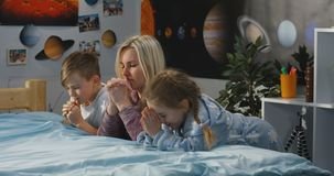 Matka i dzieci ono modli si? wp?lnie obrazy stock