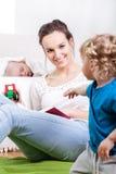 Matka i dzieci podczas czasu wolnego Fotografia Stock