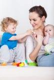Matka i dzieci podczas czasu wolnego Obraz Stock