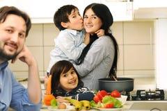 Matka I Dzieci Przygotowywamy fotografia stock