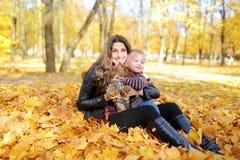 Matka i dzieciaka spacer w jesień parku Fotografia Royalty Free