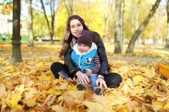Matka i dzieciaka spacer w jesień parku Obraz Stock
