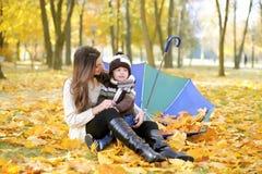 Matka i dzieciaka spacer w jesień parku Zdjęcie Stock