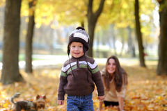 Matka i dzieciaka spacer w jesień parku Zdjęcia Royalty Free