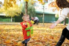Matka i dzieciaka spacer w jesień parku Obrazy Stock