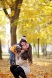 Matka i dzieciaka spacer w jesień parku Zdjęcia Stock
