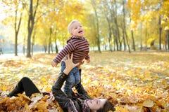 Matka i dzieciaka spacer w jesień parku Obrazy Royalty Free