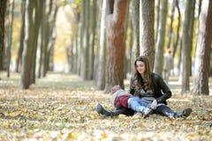 Matka i dzieciaka spacer w jesień parku Fotografia Stock