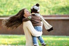 Matka i dzieciaka spacer w parku Obraz Royalty Free