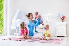 Matka i dzieciaki bawić się w sypialni Zdjęcie Stock