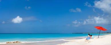 Matka i dzieciaki na tropikalnej plaży Zdjęcia Royalty Free
